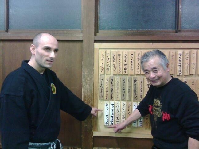 Noguchi Sensei presenterar skylt 'Sasa Kesic' på väggen av gammal Hombu Dojo i Japan